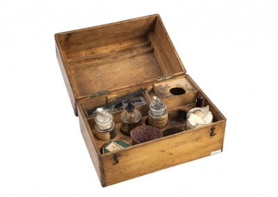 Le Daguerréotype. Box with chemistry bottles and tools - Wetplatewagon