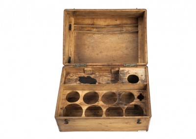 Le Daguerréotype. Box of chemistry bottles and tools - Wetplatewagon