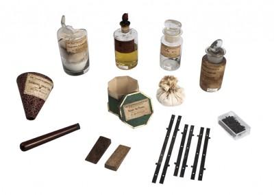 Le Daguerréotype. Chemistry bottles and tools - Wetplatewagon